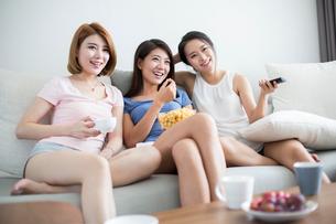Best female friends watching TVの写真素材 [FYI02231217]