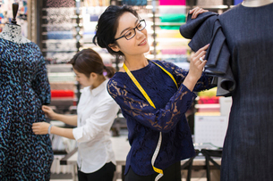 Confident Chinese fashion designers workingの写真素材 [FYI02231236]