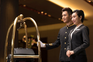 Professional service in luxury hotelの写真素材 [FYI02231255]