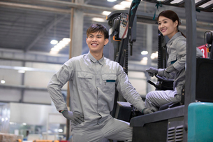 Confident workers driving forklift in the factoryの写真素材 [FYI02231266]