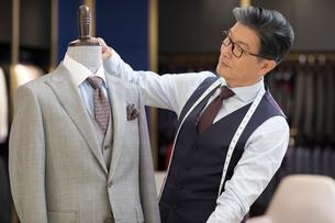 Confident Chinese fashion designer workingの写真素材 [FYI02231279]