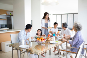 Happy Chinese family having breakfastの写真素材 [FYI02231300]