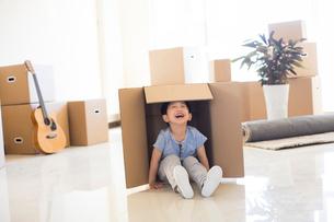 Happy Chinese boy in a cardboard boxの写真素材 [FYI02231302]