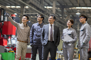Confident businessman and engineering team in the factoryの写真素材 [FYI02231324]