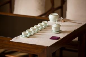 Tea cups in tea roomの写真素材 [FYI02231331]