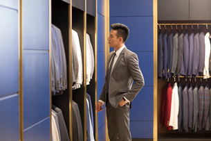 Chinese businessman shopping in a men's wear storeの写真素材 [FYI02231342]