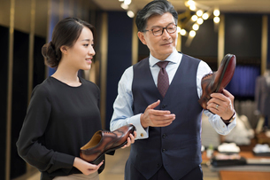Chinese fashion designers checking leather shoesの写真素材 [FYI02231343]