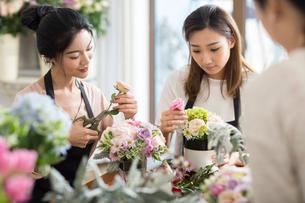 Young women learning flower arrangementの写真素材 [FYI02231366]
