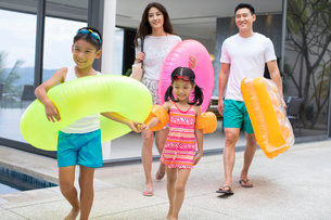 Happy young Chinese family on vacationの写真素材 [FYI02231376]