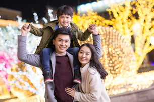 Portrait of cheerful young Chinese familyの写真素材 [FYI02231400]