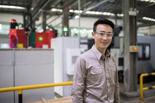 Confident engineer in the factoryの写真素材 [FYI02231411]
