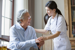 Nursing assistant taking care of senior manの写真素材 [FYI02231416]