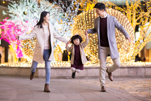 Cheerful young Chinese family playing outdoorsの写真素材 [FYI02231453]
