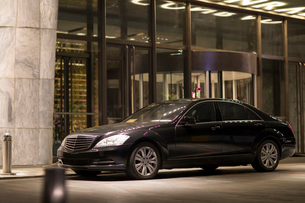 A car in front of the luxury hotelの写真素材 [FYI02231457]
