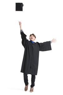 Happy college graduate throwing mortar boardの写真素材 [FYI02231490]
