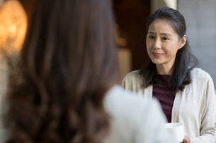 Elegance mature Chinese woman talking with young womanの写真素材 [FYI02231496]