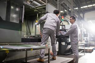 Confident engineers working in the factoryの写真素材 [FYI02231498]
