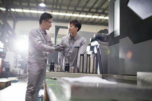 Confident engineers working in the factoryの写真素材 [FYI02231524]