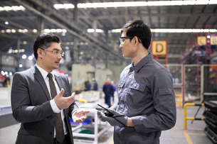Businessman and engineer talking in the factoryの写真素材 [FYI02231530]