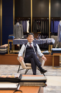 Portrait of confident Chinese fashion designerの写真素材 [FYI02231542]