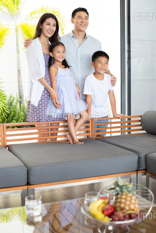 Happy young Chinese family on vacationの写真素材 [FYI02231544]
