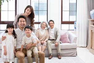 Portrait of happy Chinese familyの写真素材 [FYI02231546]