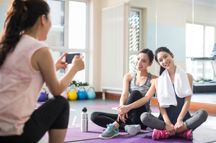 Young women taking photos at gymの写真素材 [FYI02231559]