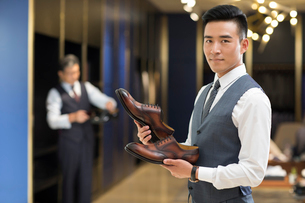 Chinese businessman choosing leather shoesの写真素材 [FYI02231565]
