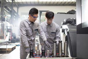 Confident engineers working in the factoryの写真素材 [FYI02231582]