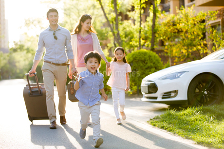 Happy young Chinese family going for vacationの写真素材 [FYI02231584]