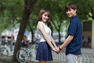 Happy young couple holding handsの写真素材 [FYI02231590]