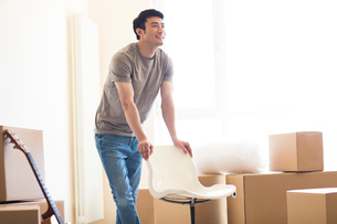 Happy young Chinese man moving to a new houseの写真素材 [FYI02231610]