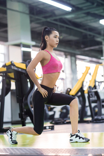Young woman exercising at gymの写真素材 [FYI02231615]