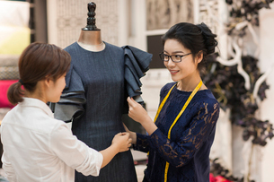 Confident Chinese fashion designers workingの写真素材 [FYI02231618]
