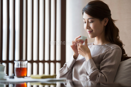 Young Chinese woman drinking teaの写真素材 [FYI02231637]