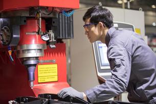 Confident engineer working in the factoryの写真素材 [FYI02231657]