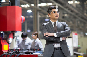 Confident businessman standing in the factoryの写真素材 [FYI02231662]