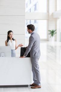 Businessman talking with receptionistの写真素材 [FYI02231671]