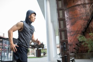 Young Chinese man jogging outdoorsの写真素材 [FYI02231673]