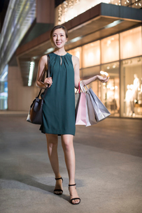 Cheerful young Chinese woman shoppingの写真素材 [FYI02231674]