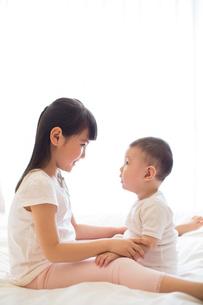 Little girl and baby boyの写真素材 [FYI02231679]