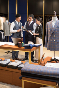 Confident Chinese fashion designers workingの写真素材 [FYI02231696]