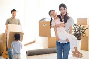 Happy young Chinese family moving to a new houseの写真素材 [FYI02231709]