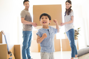 Happy young Chinese family moving to a new houseの写真素材 [FYI02231710]