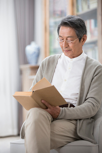 Senior Chinese man reading a bookの写真素材 [FYI02231717]