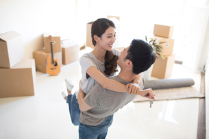 Happy young Chinese couple moving to a new houseの写真素材 [FYI02231730]