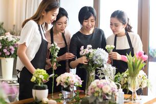 Young women learning flower arrangementの写真素材 [FYI02231734]