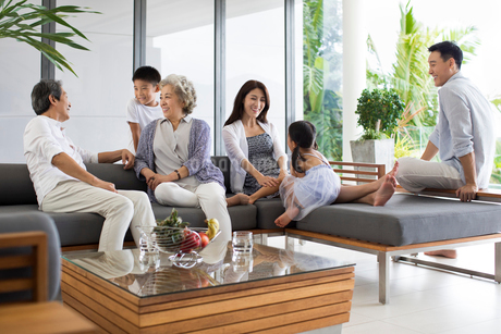 Happy Chinese family relaxing on the sofaの写真素材 [FYI02231737]