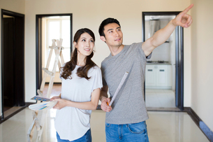 Young Chinese couple working on home renovationの写真素材 [FYI02231756]