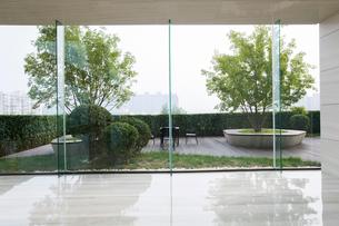 Modern office building hallwayの写真素材 [FYI02231772]